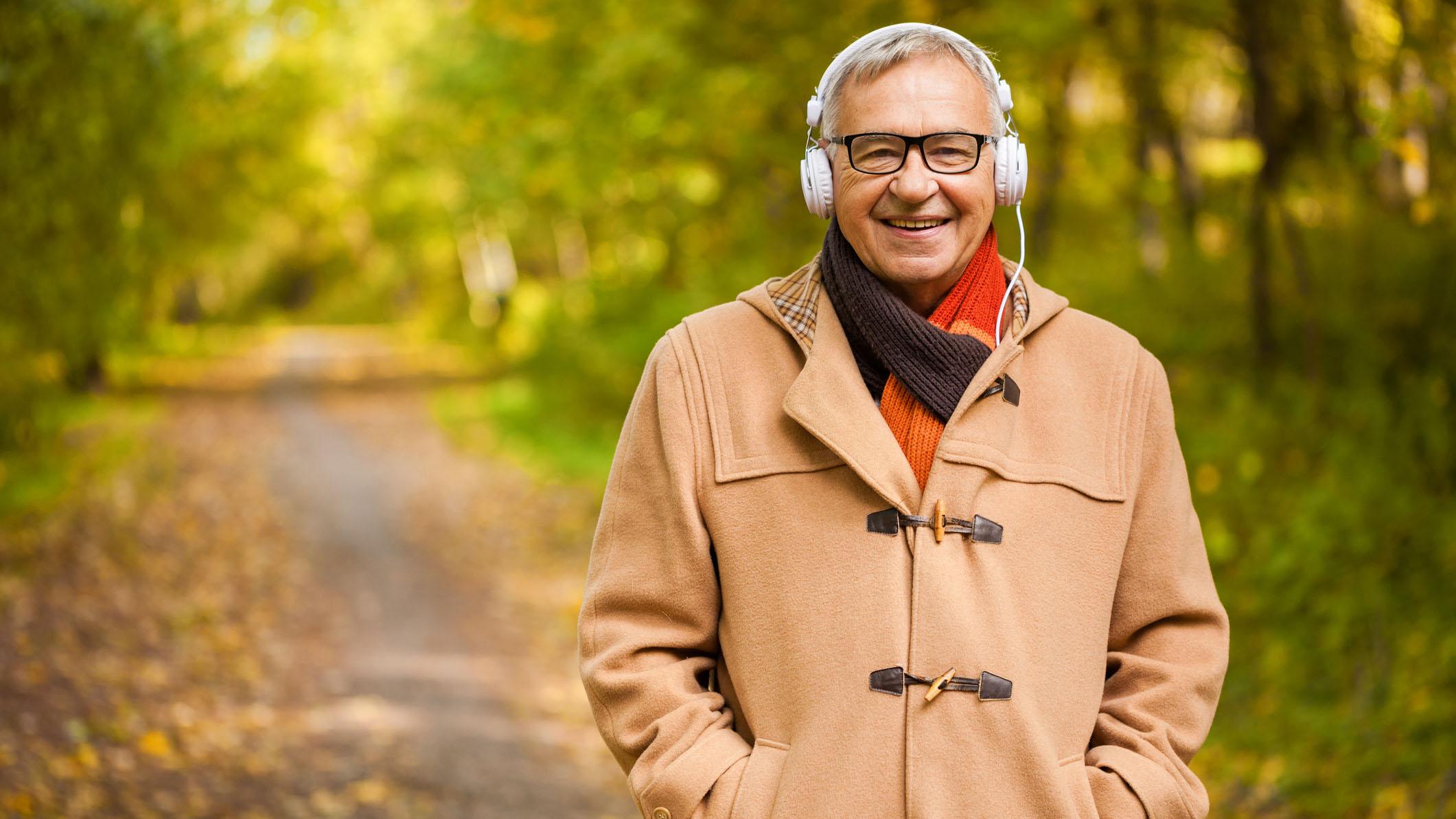 Mann mit Kopfhörern im Wald